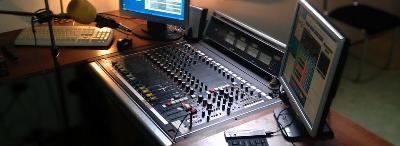 Dnes moderuje N�m� DJ ze studia Praha V�to�